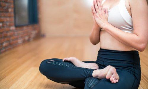 Les avantages du yoga au travail : Bien être et Productivité