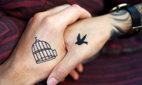 Finger tattoos : Oui, les tatouages au doigt peuvent s'effacer, voici 8 faits que vous devriez connaître sur cette tendance